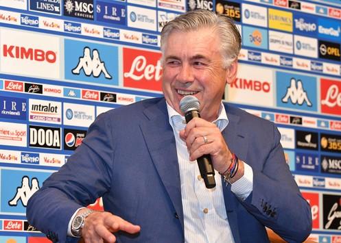 Il Napoli festeggia il compleanno Ancelotti: l'allenatore azzurro compie 60 anni